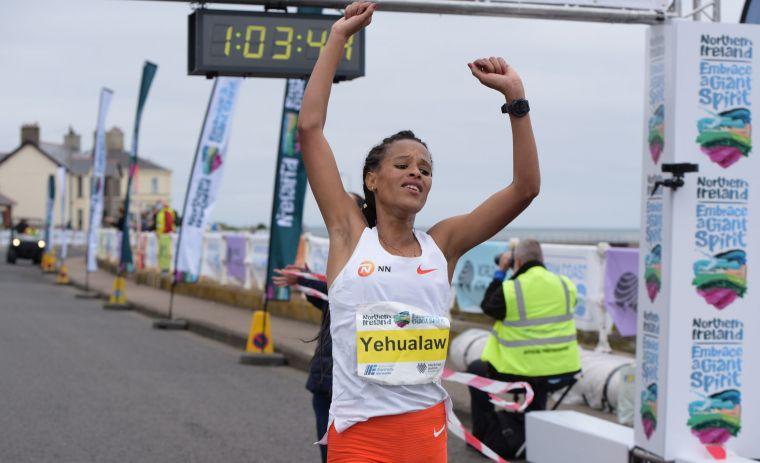 年僅22 歲的耶華勞打破半程世界馬拉松紀錄多達19秒。摘自官方推特
