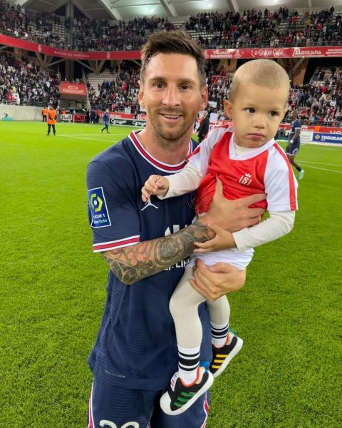梅西與對手門將的兒子合照。摘自rajkovic__ana IG