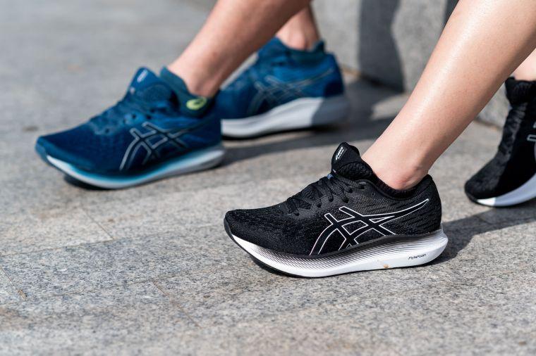 EVORIDE 2提供男款2E寬楦和女款D楦款式,讓更多足型跑者可以選擇合適自己的省力跑鞋。官方提供