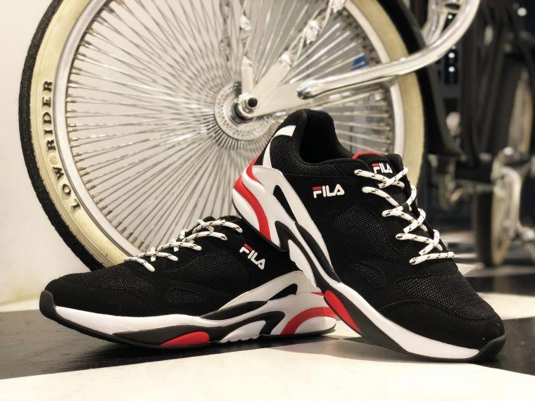 FILA JAM '92由層疊組合的鞋面設計 延伸至猶如波浪湧進的中底紋路 透露出濃厚的Chunky況味。官方提供