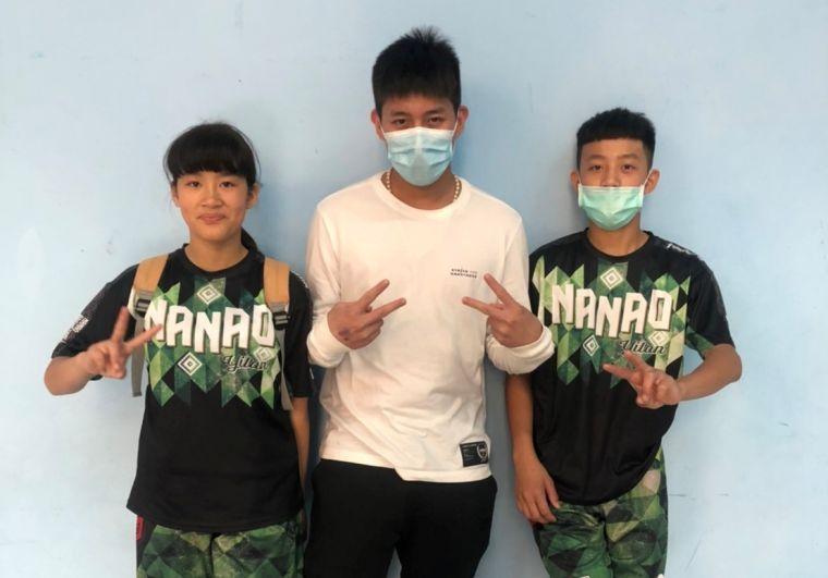 HBL光復「雙槍」莊朝勝(中)挺母校南澳及弟弟莊立安(右)妹妹莊云晴(左)。大會提供