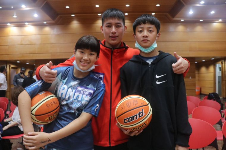 HBL光復「雙槍」莊朝勝(中)與小他6、7歲的親弟弟莊立安、妹妹莊云晴相見歡。大會提供