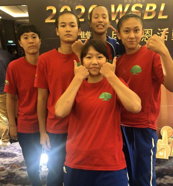 HBL冠軍賽MVP`王玥媞(上中)帶領4菜鳥鄭慧慈(右)、黃巧鈞(   中下)、丁芷容(左二)、葉欣宜(左)。拚回冠軍 。官方提供