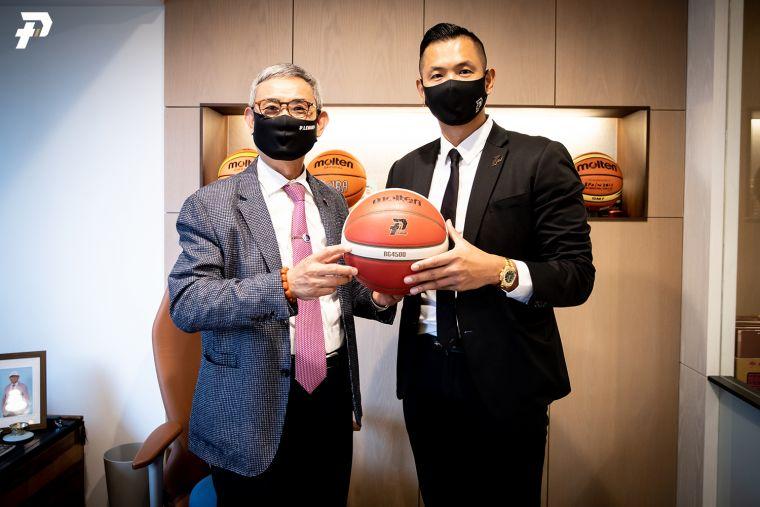 佐儀molten公司謝榮通董事長(左)。官方提供