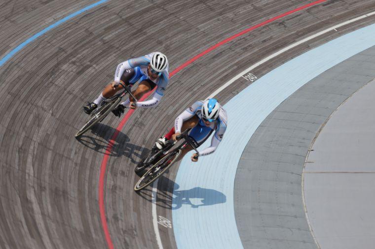 康士峰(左)爭先賽完成五連霸。自由車協會提供