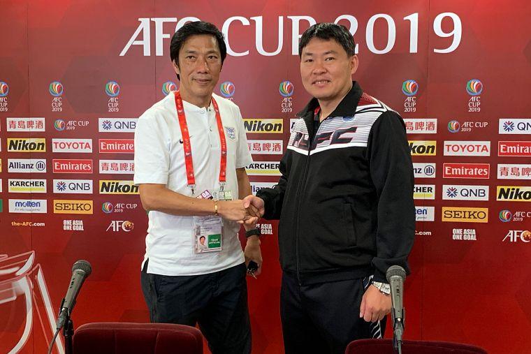 航源FC總教練陳永盛(右)與傑志總教練朱志光。航源FC提供