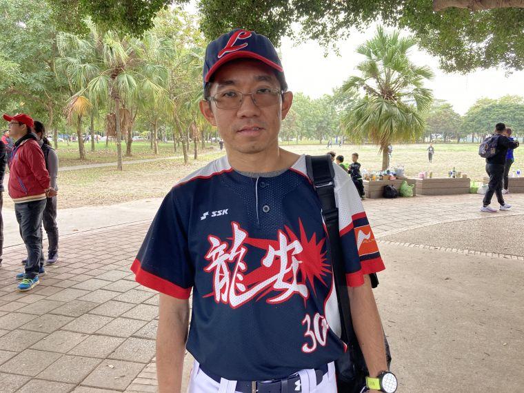 桃園龍安國小體育組長兼棒球隊總教練陳晉銘,一早跑完台北馬趕到嘉義參與球隊賽事。