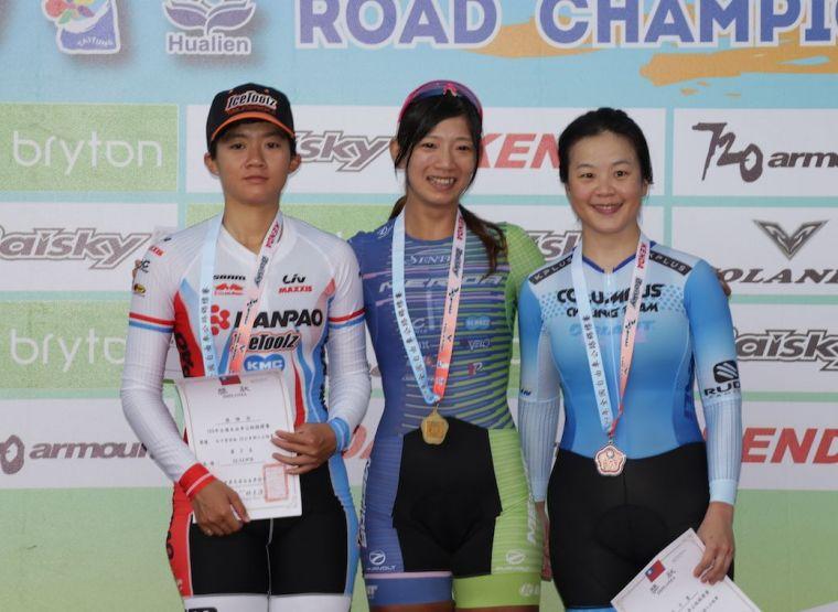 黃亭茵(中)包辦7屆女菁組個人日時賽金牌。中華民國自由車協會提供
