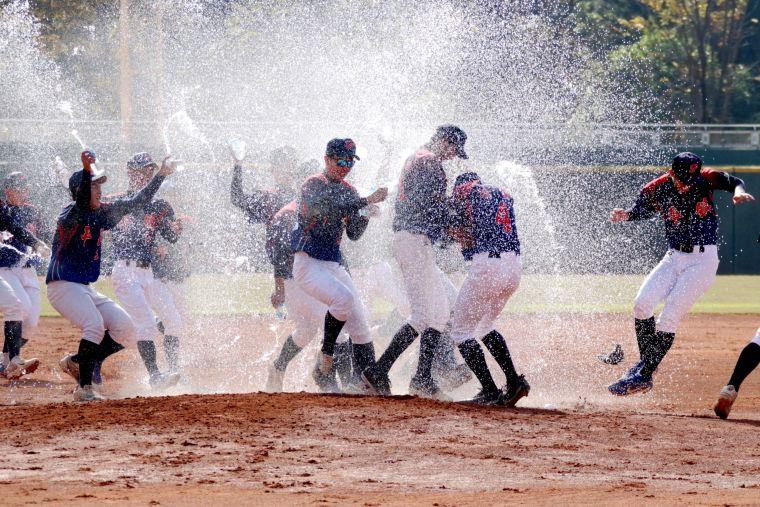 平鎮4局扣倒穀保賽後開心衝出休息室灑水慶祝。大會提供