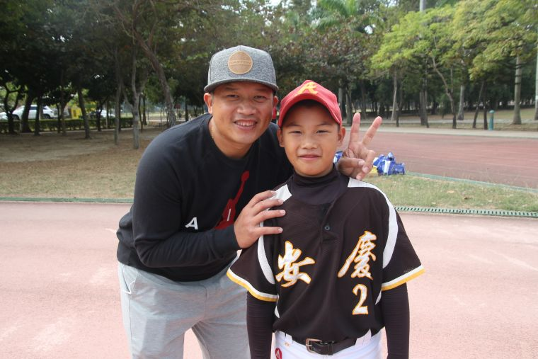 中信兄弟教練「紅龜」陳江和到場觀看小兒子陳竑愷比賽。