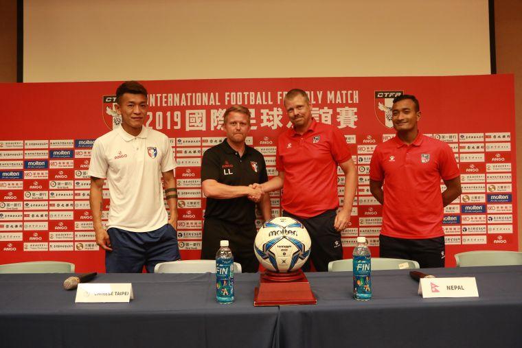 中華、尼泊爾賽前兩隊先握手致意。中華民國足球協會提供