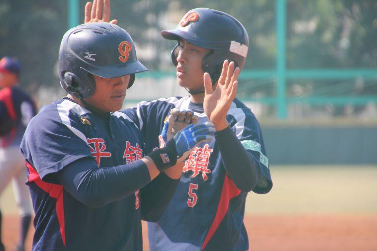 平鎮高中李灝宇(左)開轟送回壘上隊友董子恩(右)。