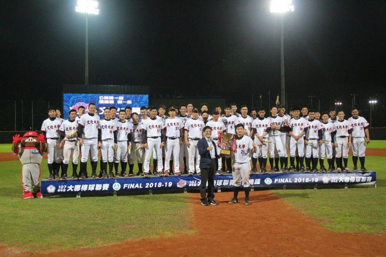 文化大學奪隊史第11座冠軍,由高俊雄署長頒獎。