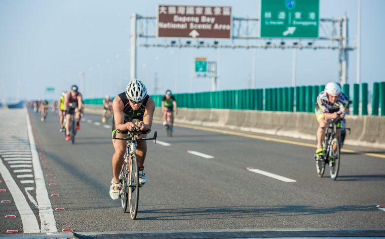 LAVA大鵬灣是全台唯一封閉國道的鐵人賽事,讓鐵人選手能在自行車賽道上享受極速狂飆的快感。大會提供