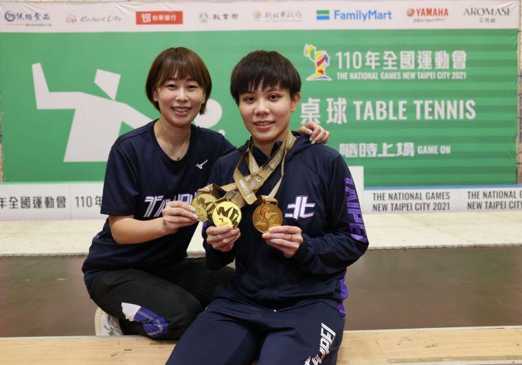 「台灣一姐」鄭怡靜與教練鄭家奇同享金牌喜悅。大會提供