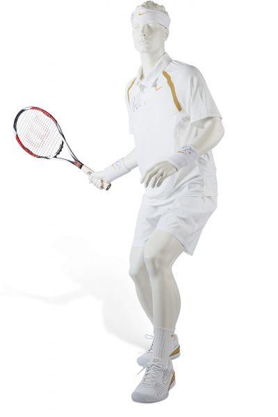 費德勒於 2007 年溫布頓網球錦標賽奪冠時所穿整套裝束及所用球拍。官方提供