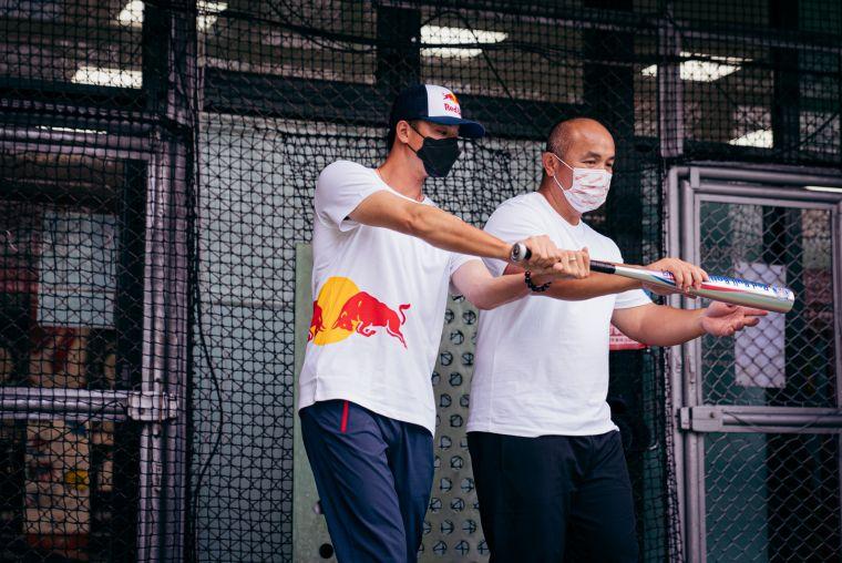 Red Bull Batting Mania打擊狂人活動揮棒出擊-全壘打王張泰山指點Red Bull運動員黃子鵬打擊訣竅。官方提供