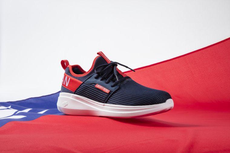 SKECHERS GORUN FAST 榮耀東奧限定版—台灣款。以藍紅白國旗配色,宣示賽場上永不缺席。官方提供
