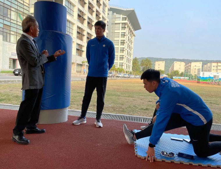 田徑協會理事長葉政彥(左)南下探視中華奧運田徑培訓隊。中華民國田徑協會/提供。