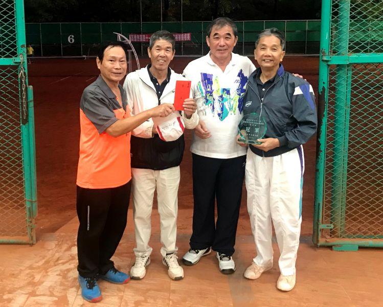 全國軟式網球協會理事長朱文慶頒贈壯年組掄元的台南市隊獎盃與獎金。高市軟式軟球委員會提供