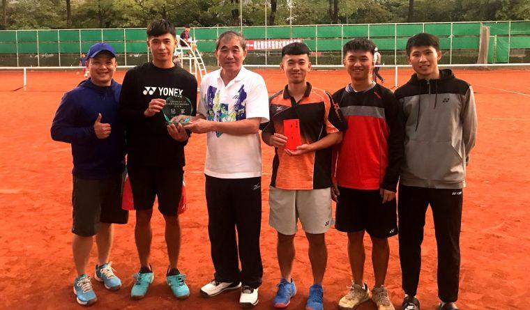 全國軟式網球協會理事長朱文慶頒發社會青年組第一名台南市藍隊獎盃與獎金。高市軟式軟球委員會提供