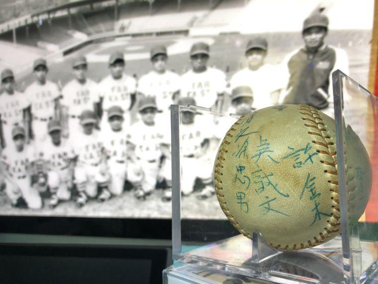 老球迷珍藏簽名紀念球。1971年第一代巨人少棒隊榮獲威廉波特世界少棒賽冠軍,致贈給前MLB執行長的簽名球,輾轉由台南蔡先生收藏。 蔡傑瑞提供