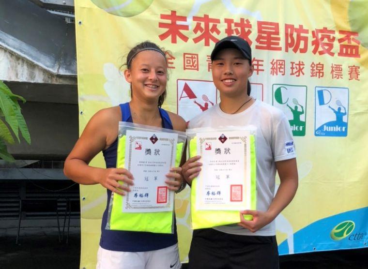 台英混血女將蘇璿蘊(左)第一次參賽就和李羽芸(右)聯手摘下A級18歲女雙冠軍。蔡怡甄提供
