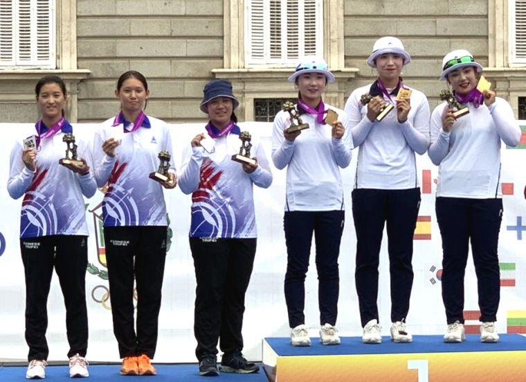 中華青女反曲弓隊(左)勇奪世青射箭賽銀牌。倪大智/提供。