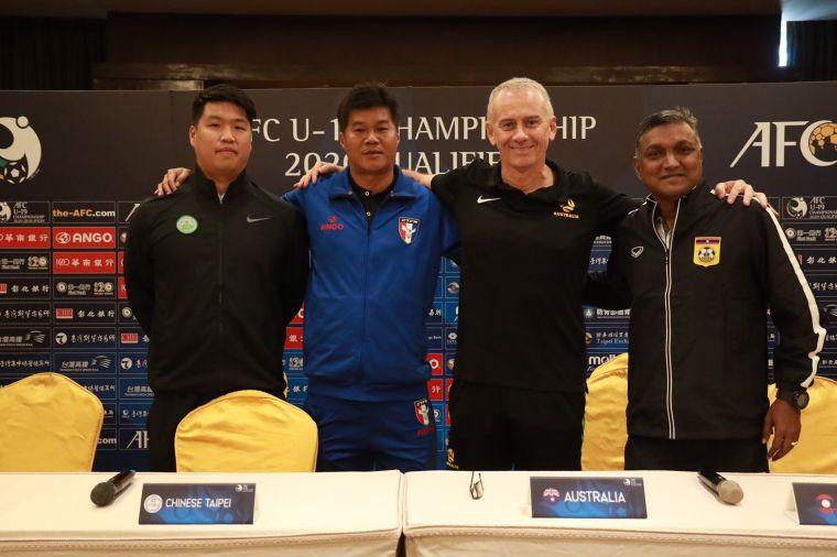 中華隊(左2)與其他三隊教練賽前合照。全國足協提供