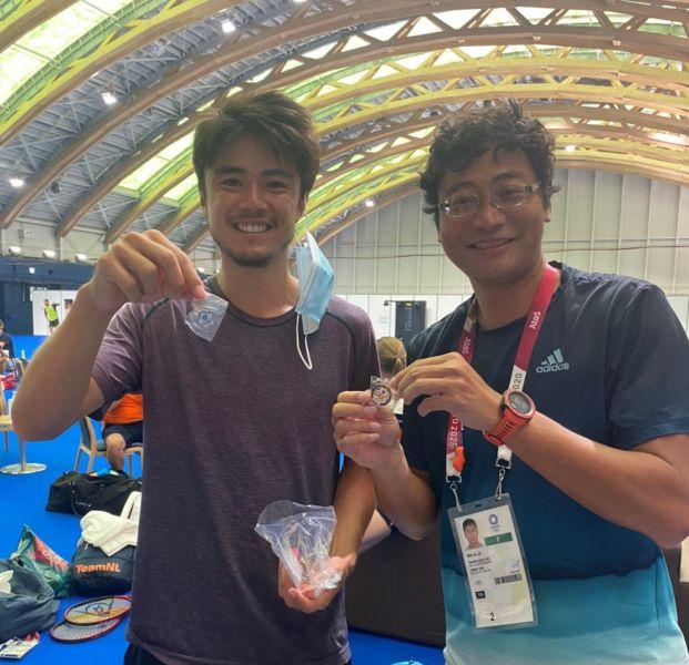 威儒與日本球員丹尼爾太郎互換徽章。盧威儒提供