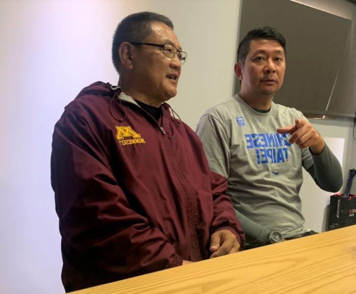 沈會承(左)與李雲翔開記者會。