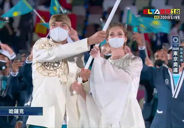 哈薩克女子掌旗官靠著清新脫俗的外型爆紅。摘自網路