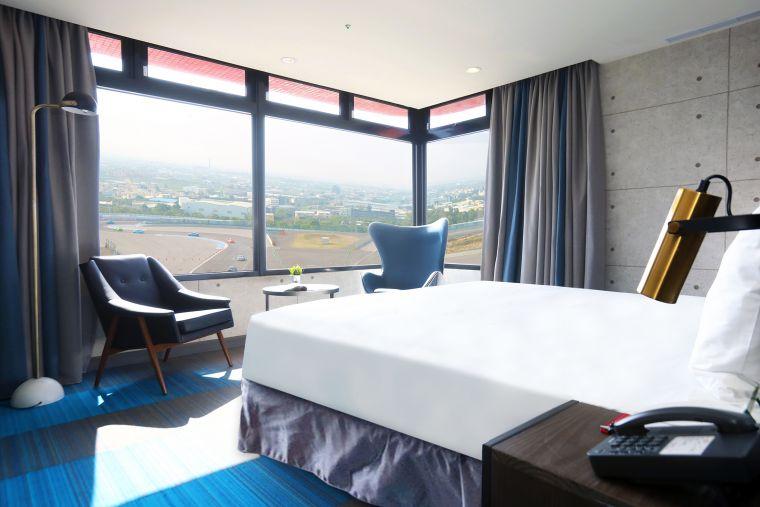T12套房,在客房內就能直接盡覽G2賽道活動實況。官方提供