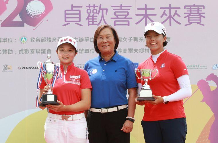 TLPGA理事長劉依貞(中)和冠軍吳佳晏(左)及最佳業餘球員張雅淳合影。TLPGA提供/鍾豐榮攝影