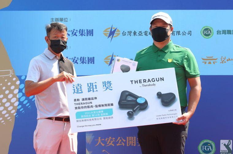 TPGA理事長陳榮興(左)頒第四回合第16洞遠距獎品給林耕緯。鍾豐榮攝
