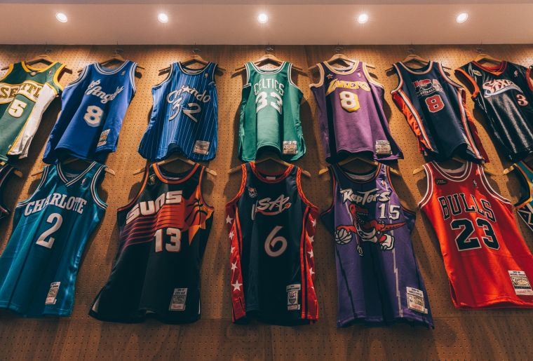 店內有Mitchell & Ness的NBA復古球衣展示。官方提供