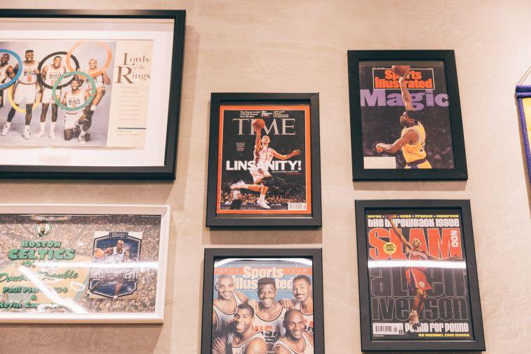 店內陳列的NBA海報。官方提供