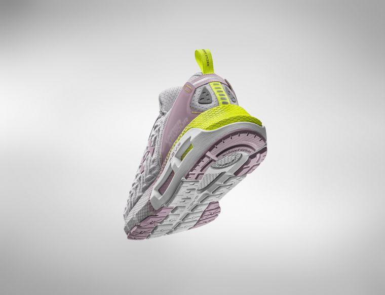 UA Clone採用Auxetic拉脹材質,可適應每個跑者腳型與步幅,在靈活變向切換時完美貼合。官方提供