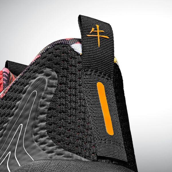 UA EMBIID ONE鞋後跟拉帶上印有標楷漢字「牛」迎接牛年的到來。官方提供