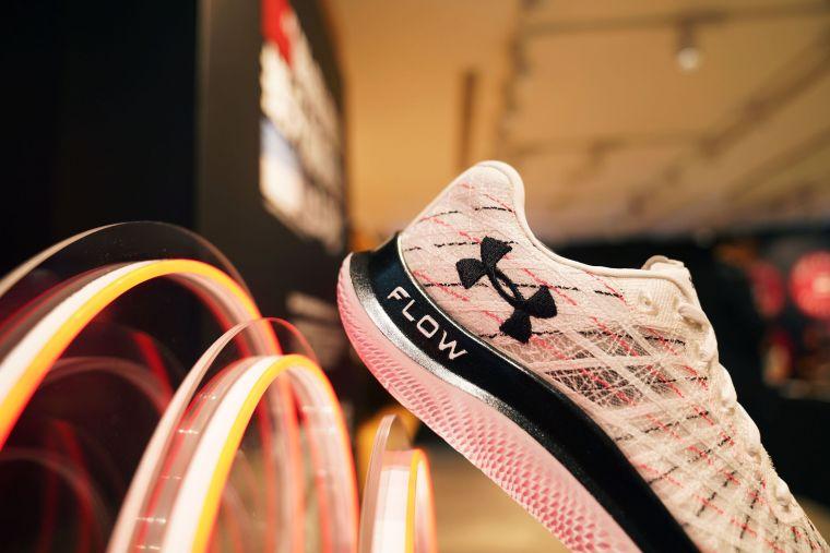 UA推出全新科技跑鞋「UA Flow Velociti Wind」,擺脫橡膠外底大量減輕跑鞋整體重量。官方提供