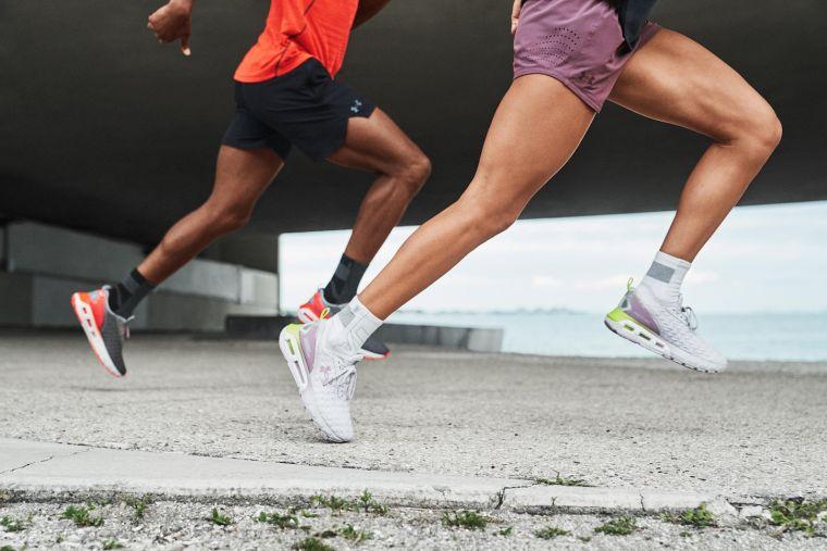UA為跑步愛好者打造一雙能依據腳步移動彎曲、穩定貼合的足下利器「UA HOVR Mega 2 Clone」。官方提供