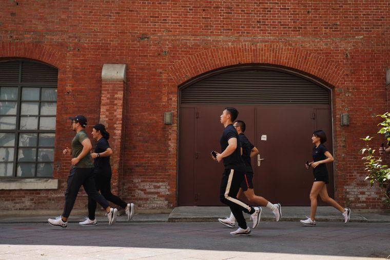 UA跑步教練 Hank搶先帶領跑步愛好者試跑,感受「UA Flow Velociti Wind」完美效能。官方提供