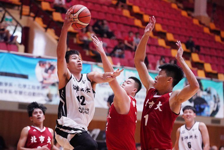 高師大李家耀(左)14分10籃板雙十表現。