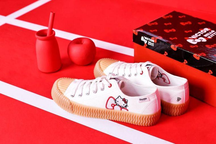 VICTOR x HELLO KITTY聯名系列不僅打造運動裝束 少女必備餅乾帆布鞋為日常造型大加分。官方提供