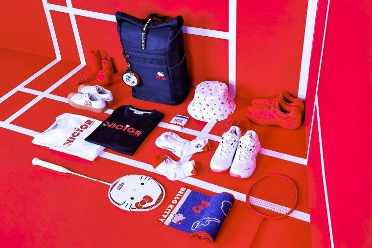 VICTOR攜手HELLO KITTY首次針對女性推出全套運動裝備 即日起開放預購。官方提供