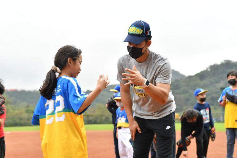 YYsports公益棒球教室,陳冠宇、陳聖平親身指導「家扶Enjoy社區棒球隊」。官方提供