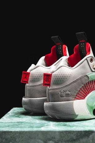"""鞋身外側的數字 """" 23 """" 改以點壓的形式設計,呈現出與眾不同的特色細節。官方提供"""