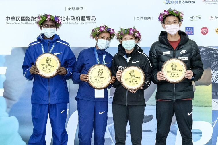 (左起)Paul Kipchumba Lonyangata、Askale Merachi Wegi、曹純玉、周庭印分別拿下「2020臺北馬拉松」馬拉松組男子總成績第一名、女子總成績第一名、台灣女子第一名及台灣男子第一名,賽後記者會上合影留念。大會提供