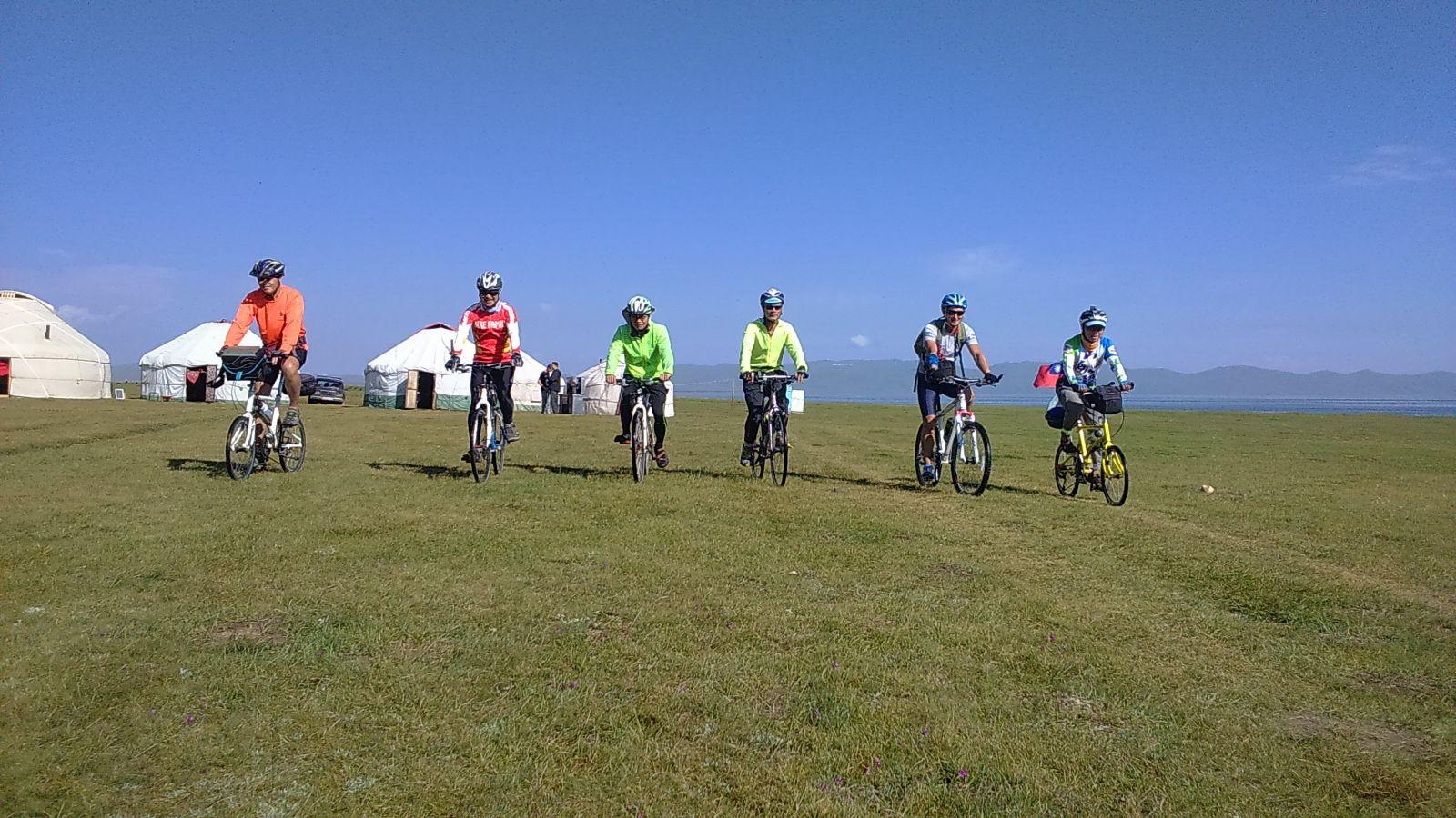 台灣人環球傳騎,圖為吉爾吉斯高山湖泊頌湖草原單車行。單車環球狀遊聯盟提供