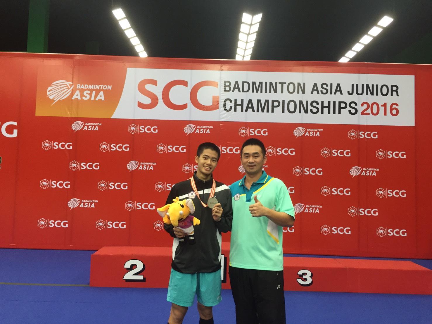 李佳豪(左)與教練陳志豪於頒獎後開心合影/台灣羽隊提供